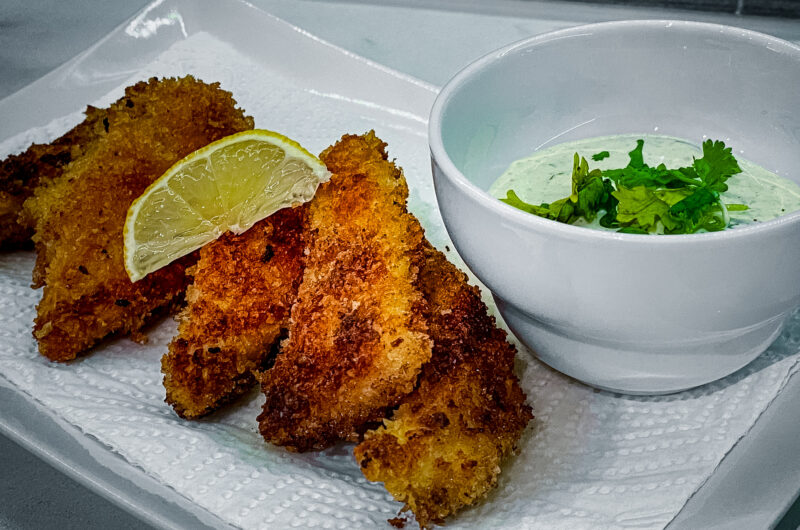 Sprøstekt kyllingfilet med raita-inspirert dressing